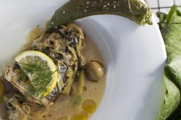 דגים מבושלים עם מנגולד, זיתים, שום וכרשה