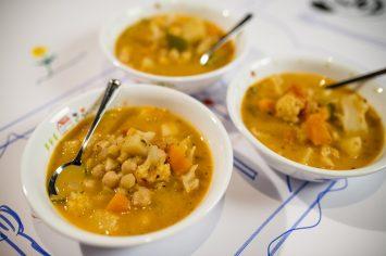 מרק ירקות עשיר עם גרגירי חומוס