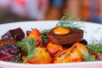 לשון בקר עם ירקות אפויים בתנור