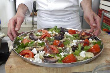 סלט חצילים קלויים עם גבינה בולגרית, בצלים צלויים ועגבניות