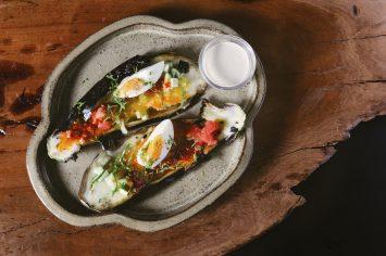 קרפצ'יו סביח - חציל קלוי עם ביצה קשה, אריסה ועמבה