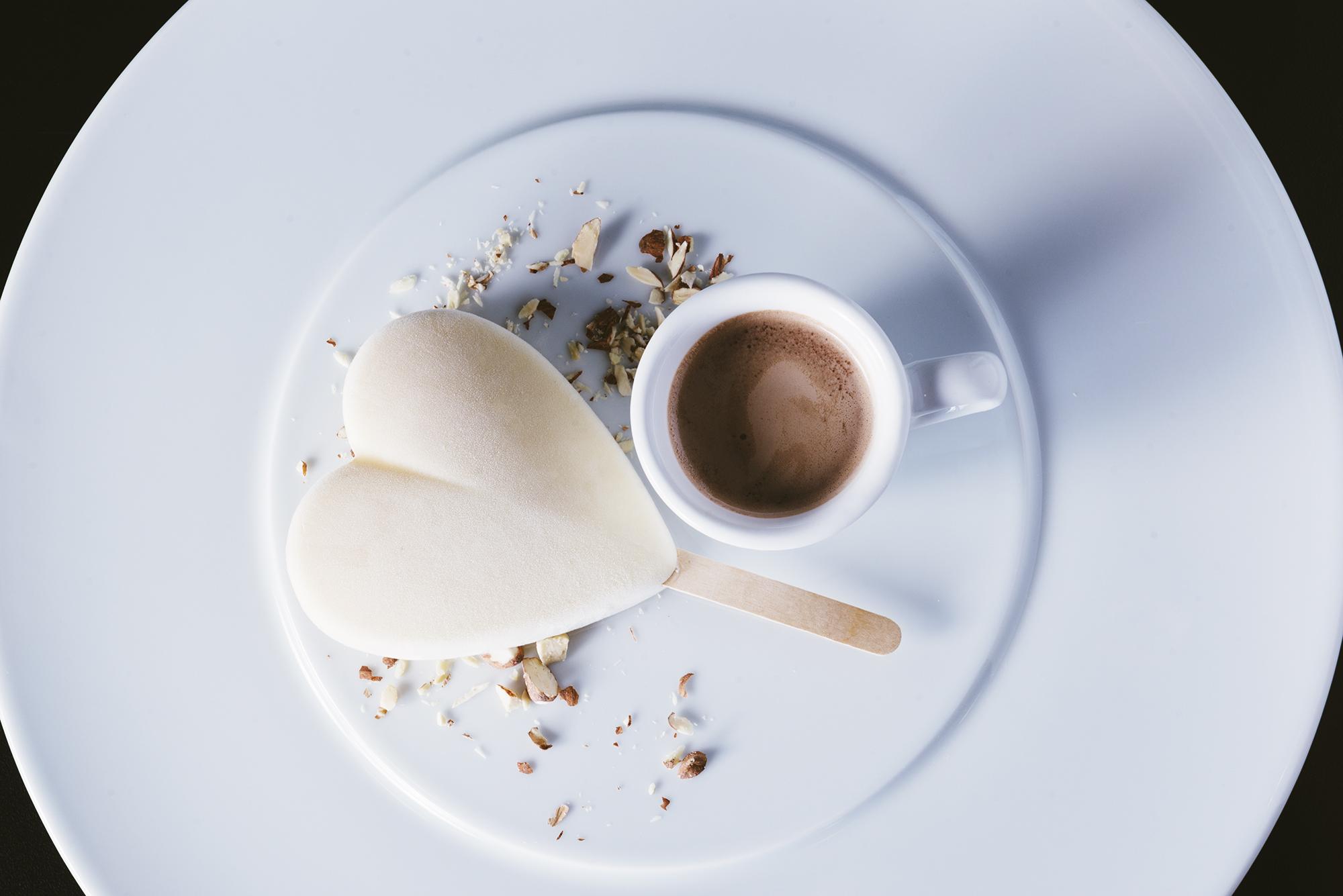 גלידת פופוקורן  עם שוט שוקולד חם