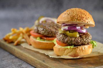 המבורגר חריף עם פלפלוני חלפיניו