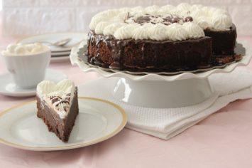 עוגת שוקולד וקצפת רכה