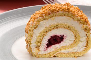 עוגת רולדה עם קצפת ודובדבנים