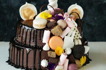 עוגת חד קרן עם קרם שוקולד ומפל ממתקים
