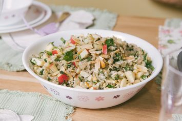 סלט אורז בריא עם תפוחים ועשבי תיבול