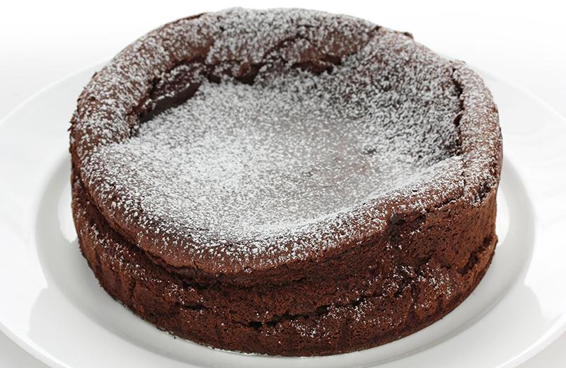 עוגת סופלה שוקולד ומוס חלבה ללא סוכר. צילום: שאטרסטוק