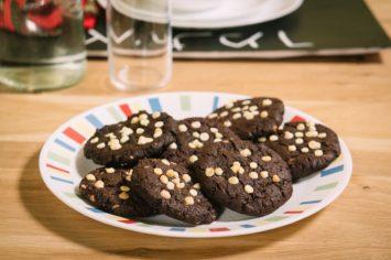 עוגיות שוקולד עם שוקולד צ'יפס לבן
