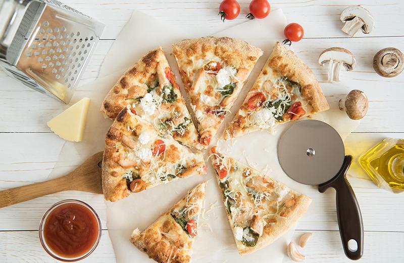פיצה מהירה בלי שמרים, עם שוליים במילוי גבינה. צילום: שאטרסטוק