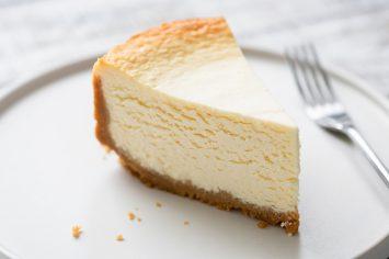עוגת גבינה קלאסית עם שוליים צחורים