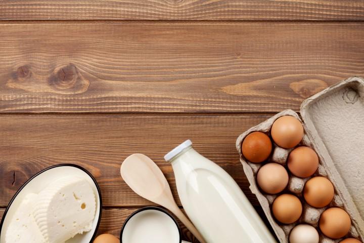 אל תשכחו להוציא את הביצים ומוצרי החלב מהמקרר לפחות 30 דקות טרם ההכנה. צילום: שאטרסטוק