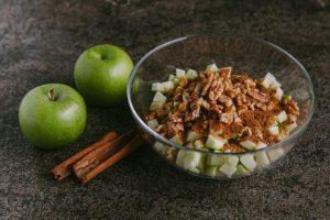 מערבבים בקערה את התפוחים, הקינמון, הקמח, הסוכר והאגוזים. צילום: טל סיון-ציפורין