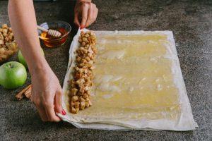 מניחים את תערובת התפוחים ומגלגלים לרולדה. צילום: טל סיון-ציפורין
