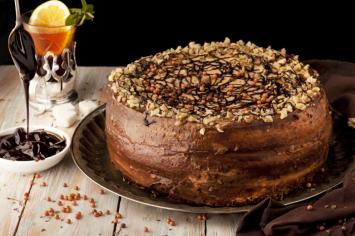 עוגת שוקולד עם הר של פיצוחים בקרמל