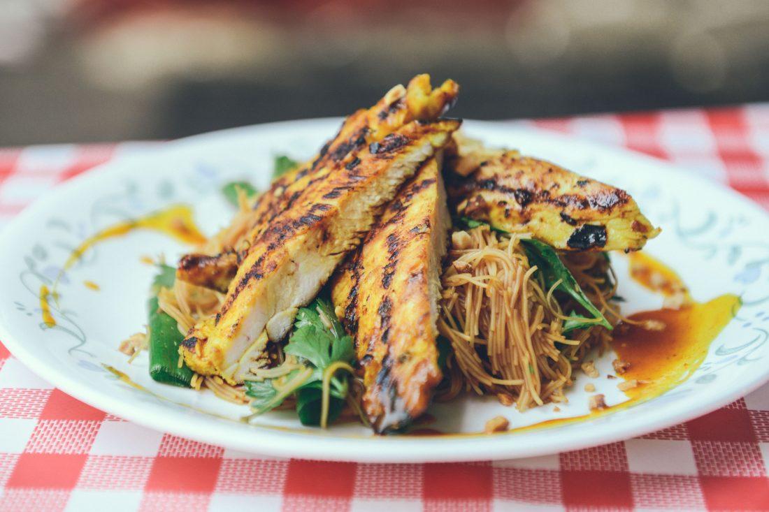 פרגיות צרובות עם אטריות אורז ברוטב טריאקי וג'ינג'ר