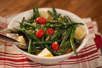 סלט שעועית ירוקה חם עם עגבניות שרי ולימון