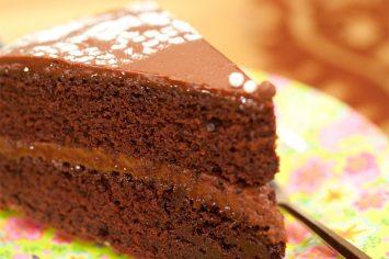 עוגת שוקולד בשכבות עם קרם שוקולד