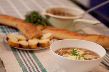 מרק בצל עם גבינה וטוסטים