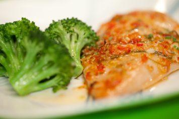 חזה עוף בתנור ברוטב צ'ילי מתוק עם ברוקולי