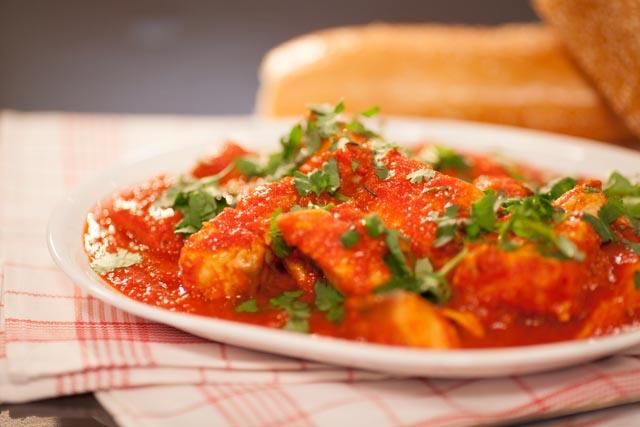 סלמון צלוי ברוטב עגבניות. צילום: ואדים טיוטיונין