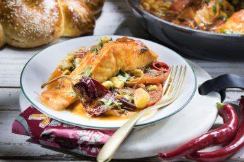 דג מרוקאי – יונית מבשלת דג סלמון ברוטב מרוקאי חריף