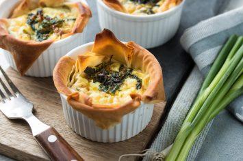 ארוחה ב-10 דקות: פשטידת תרד וגבינות בתוך קערות פילו של שר פיטנס