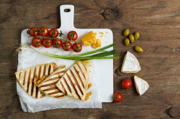 טוסט גבינה מטורטיות שמכינים ב-5 דקות