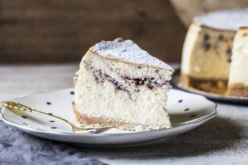 עוגת גבינה אפויה עם ריבת תותים