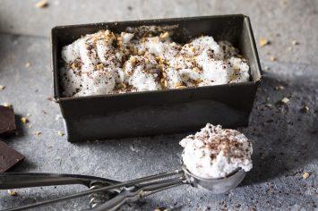 גלידת קוקוס טבעונית עם שברי שוקולד מריר ובוטנים