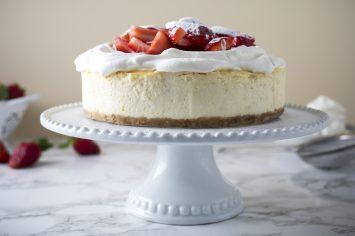עוגת גבינה אפויה עם קצפת ותותים
