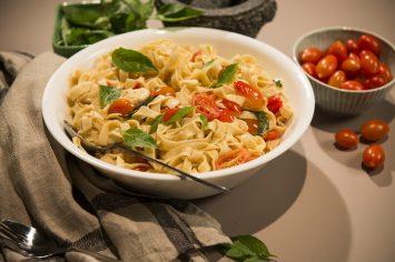 פסטה ביתית עם עגבניות, מוצרלה ובזיליקום