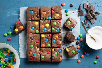 בראוניז עם סוכריות צבעוניות שילדים מאוד אוהבים