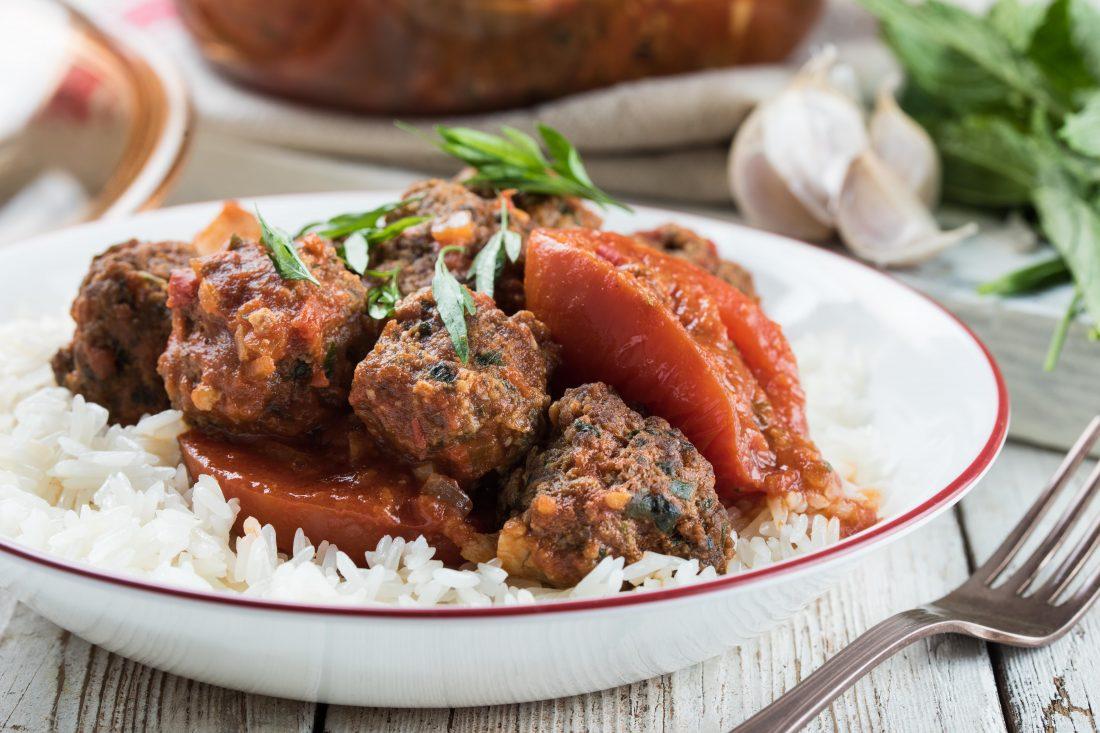 קציצות בשר וחלה ברוטב עגבניות צלויות
