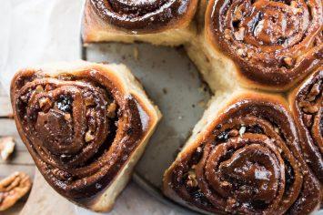 עוגת שבלולי קינמון טבעונית עם צימוקים, פקאנים וגלייז מבריק