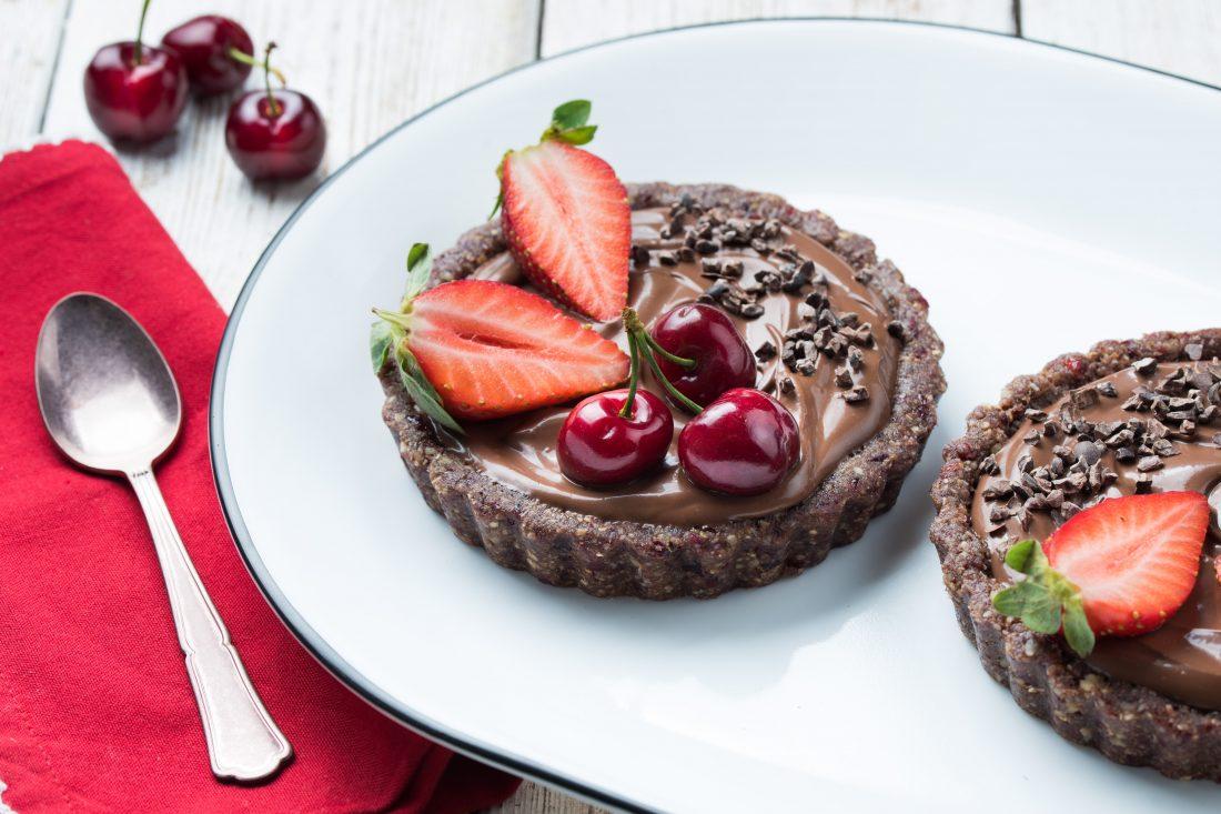 טארטים אישיים ללא אפיה עם מלית שוקולד טבעונית ופירות