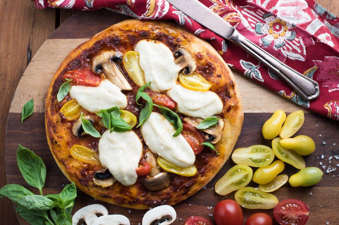 פיצה מרגריטה טבעונית בתוספת פטריות ומוצרלה קשיו