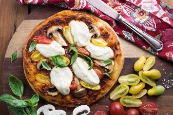 פיצה טבעונית עם פטריות ומוצרלה מקשיו
