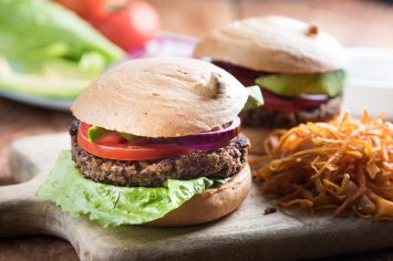 המבורגר טבעוני עם צ'יפס בטטה אפוי