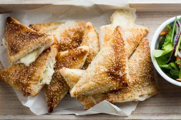 בראנץ' של יום שבת - מגש בורקס גבינות של אמא (ושל רחלי קרוט)