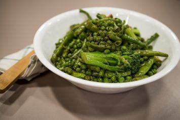 ירקות ירוקים מוקפצים בשמן זית ושום
