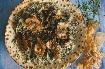 אורז טורקי עם חלקי פנים על פיתה דרוזית