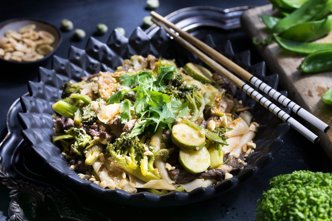 מוקפץ אטריות אורז עם רצועות בקר וירקות