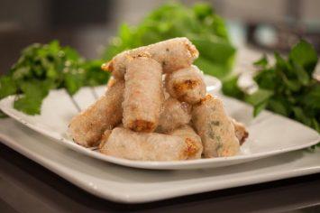 רולים של דפי אורז מטוגנים במילוי עוף ופטריות