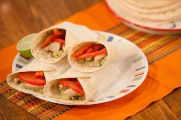 ראפ טורטיה במילוי עוף ואבוקדו - ארוחה קלילה ומהירה
