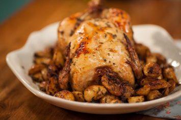 עוף שלם צלוי עם תפוחי אדמה בתנור