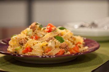סלט פסטה עם טונה וירקות שהוא ארוחה שלמה