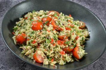 סלט פסטה ריזוני עם טונה ועגבניות