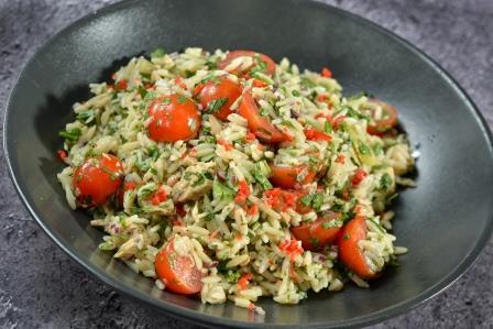 סלט פסטה ריזוני עם עגבניות וטונה