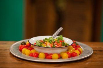 סלט עגבניות מתובל של תמרה אהרוני